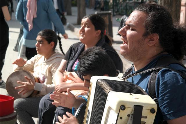 Görme engelli sanatçılardan vatandaşlara müzik ziyafeti