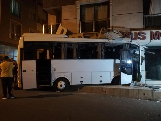 İzmir'de işçi servisi mobilya mağazasına daldı: 12 yaralı