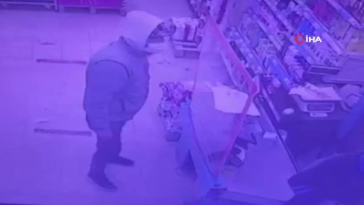 İzmir'de marketteki silahlı soygun girişimi kameradaİzmir'de marketteki silahlı soygun girişimi kamerada