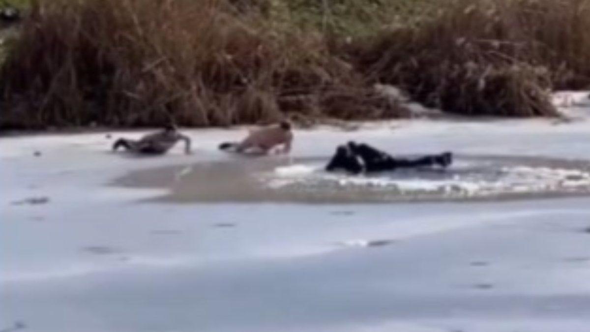 Rusya'da buz tutan göle düşen çocukları kurtarırken kendileri de göle düştü