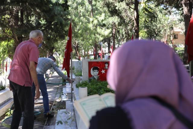 Son dakika haber! İzmir'de şehit yakınları Babalar Günü'nde şehitliği ziyaret etti