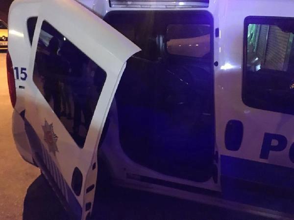 Son dakika: Tekmeyle polis otosunun sürgülü kapısını yerinden çıkardı
