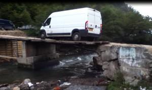 En skrøbelig bro under reparation