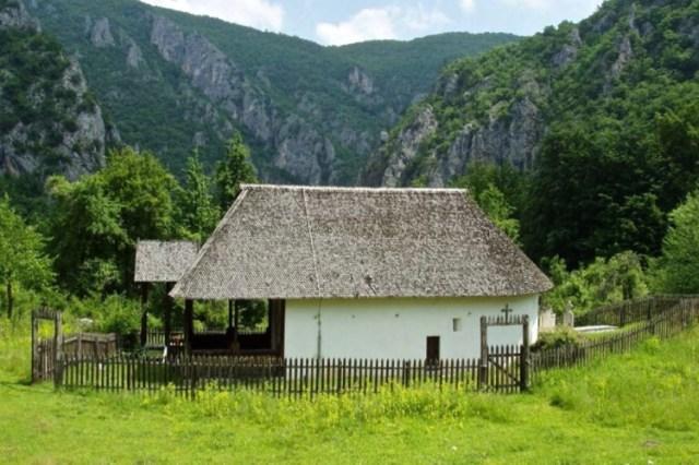 Монастырь в селе Подврх. Фото: Publicfigure.me