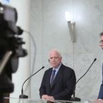 Preminuo Džon Mekejn, američki senator i albanski lobista