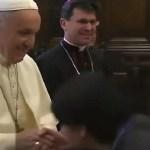 """Papa sklanjao prsten od poljubaca vernika: """"On je Hristov namesnik, ne rimski imperator"""""""