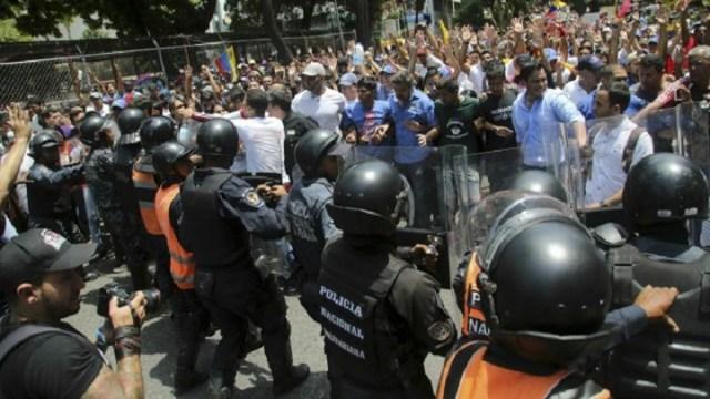 Venecuela i dalje u mraku, sukobi na demonstracijama