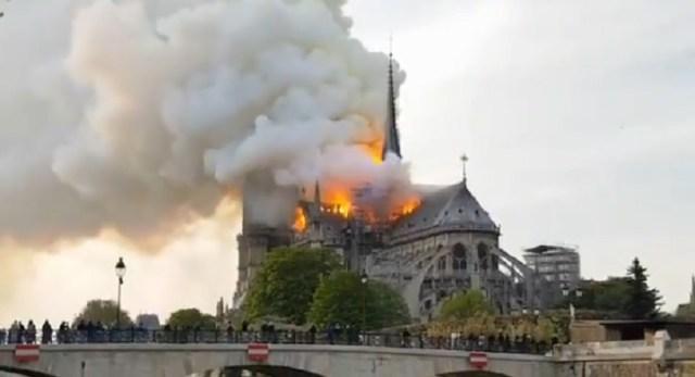 Gori Notr Dam: Veliki požar na krovu čuvene katedrale u Parizu
