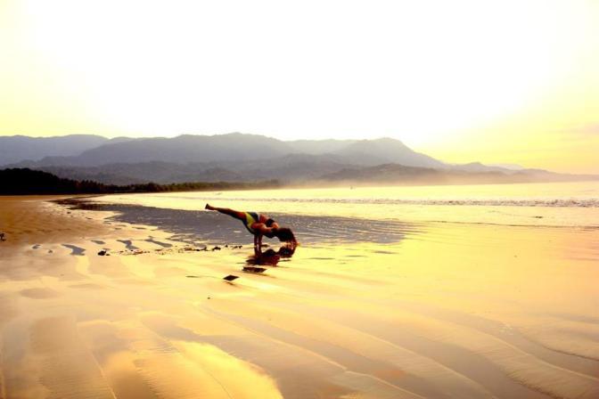 pilar_yoga_beach