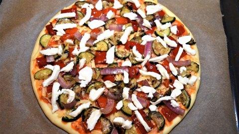 Pizza mit Käserand