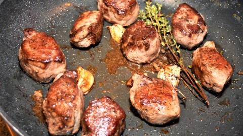 Rehmedaillons mit Kartoffel-Spinat-Türmchen