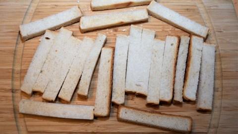 Toastbrot in Streifen schneiden