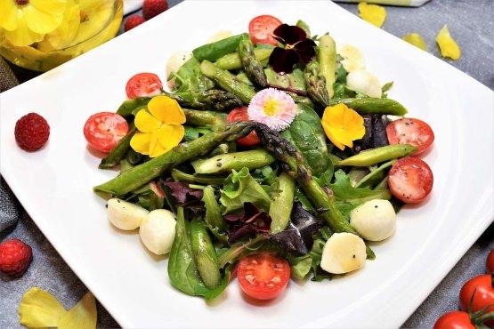 Grüner Spargel Salat mit Pistazienöl Dressing Rezept