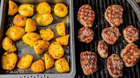 Schweinemedaillons und Kartoffel grillen