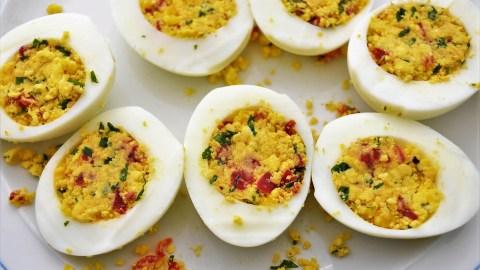 Hacktörtchen mit buntem Ei