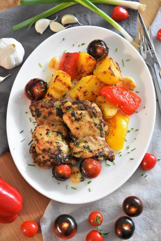 Gegrillte Hähnchenschenkel und Gemüse-Perfekte Grill-Menü-ballesworld