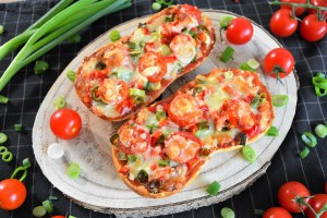 Vegetarische Pizzabrötchen mit frischem Gemüse