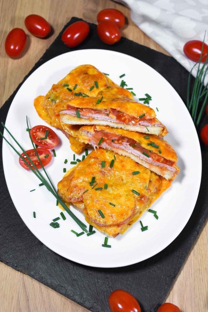 Überbackener Toast mit Tomaten und Käse-Zwischenmahlzeit-ballesworld