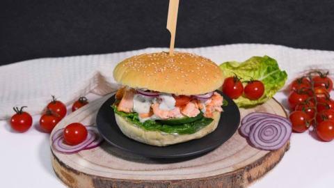 Pulled Lachs Burger mit Limettensoße-Anrichten-ballesworld-01