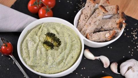 Brokkoli–Dip mit Sesam-Anrichten-ballesworld