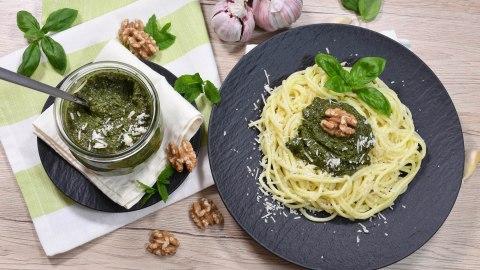 Basilikum-Minze Pesto mit Walnüssen-Anrichten-ballesworld