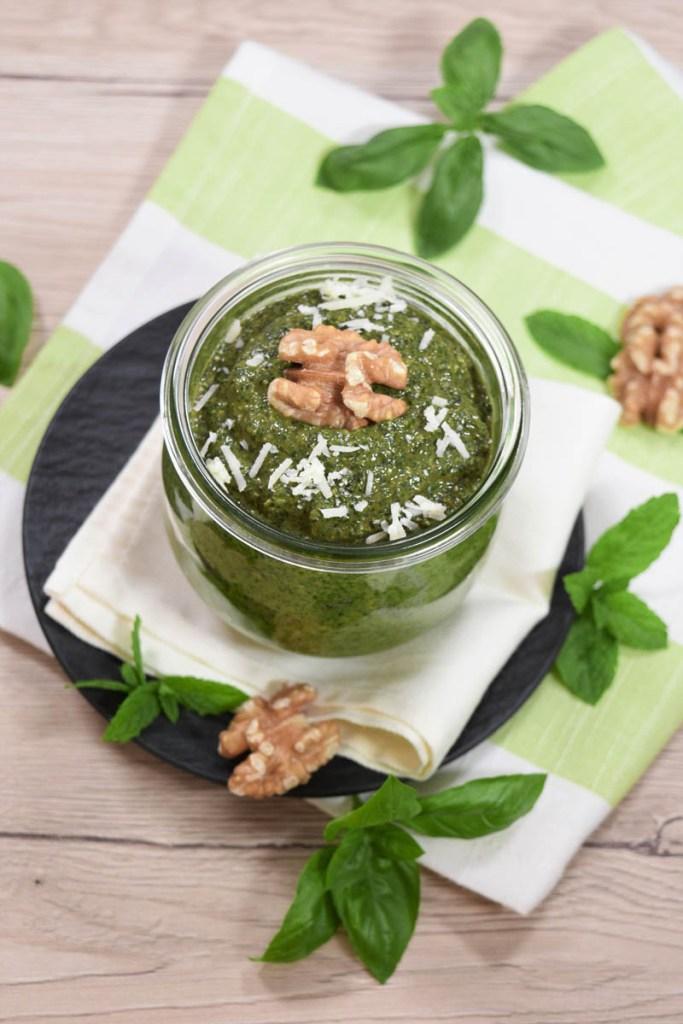 Basilikum-Minze Pesto mit Walnüssen-Brotaufstrich-ballesworld
