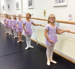 Ballettkinder stehen an der Stange