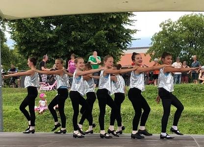 Kinder auf der Bühne in einer Reihe - Stepptanz
