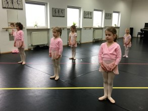 5 Kinder in pink beim Ballett
