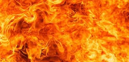 बच्चों के पटाखे से लगी आग, घर गृहस्थी का सामान खाक