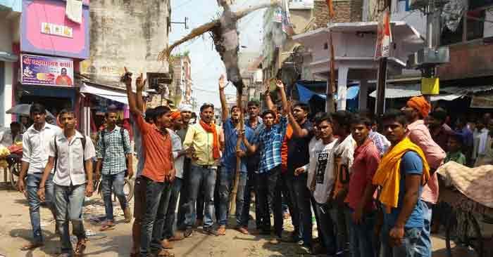 एबीवीपी व हियुवा कार्यकर्ताओं ने ममता बनर्जी का पुतला जलाया