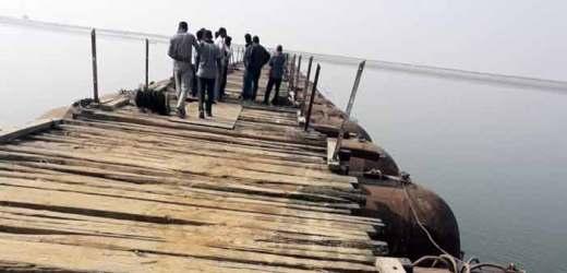 पीपापुल बनाते समय मेंठ फिसल कर नदी में गिरा, तलाश जारी
