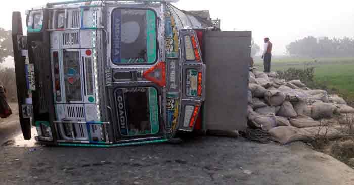 चावल से लदा ट्रक पलटा, सड़क पर बिखरी बोरियां