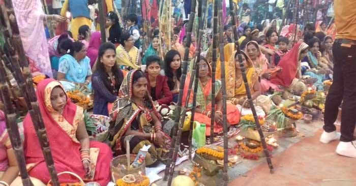 व्रतियों ने दिए सायंकालीन अर्घ्य, पराकाष्ठा पर दिखी भक्ति