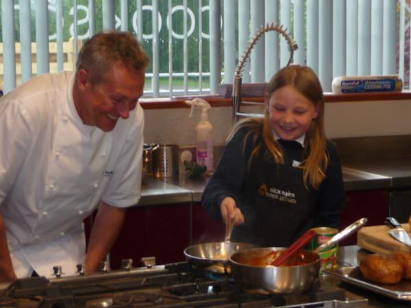 Martha cocinando para su colegio