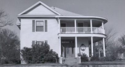 Hutton - Brook Home: This home is located at 600 8th Street, was built in 1909 by J.K. Hutton, and early day lumberyard owner. The entry has a fan light with oval transformer and an oval glass door. Extensive changes have been made in recent years. The home is now owned by Mrs. Doyle Brook.
