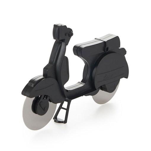Pizzaschneider Motorroller, ABS-Kunststoff schwarz, Edelstahl-Rollmesser, Aufstellstaender, 11,5x17,5x1,7 cm, Seitenansicht