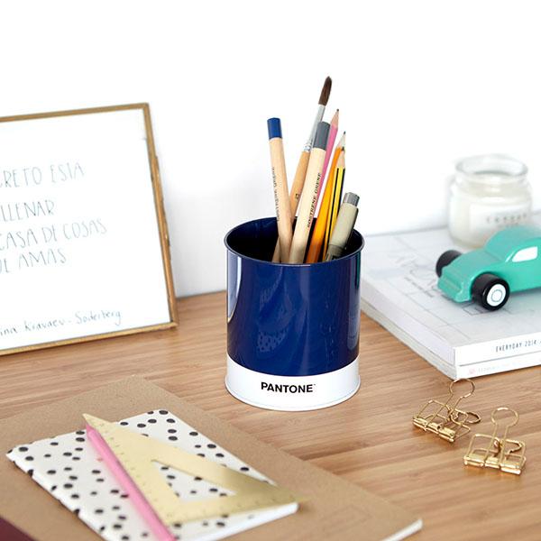 Schreibutensilienbehaelter Pantone, Metall blau-weiss, D 8,6 x H 10 cm, Dekobeispiel