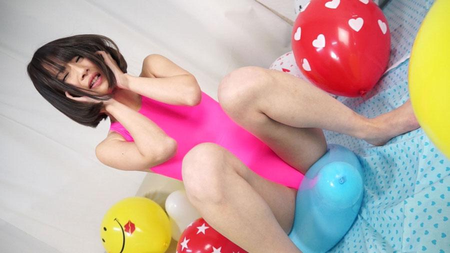 AV女優西内るなが競泳水着姿で風船割り!感じまくり全裸で乳首おマンコを刺激しオナニーで昇天!!