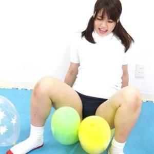 美尻美少女持田栞里が体操着にブルマにコスプレし風船割り