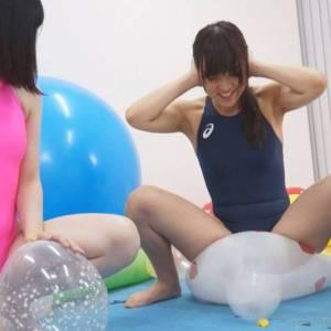美少女が食い込む競泳水着姿で風船プレイ レズっ気感じる風船割りがエロい