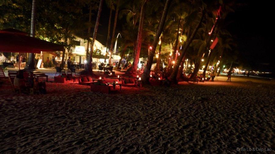 Các quán bar dọc bờ biển White Beach