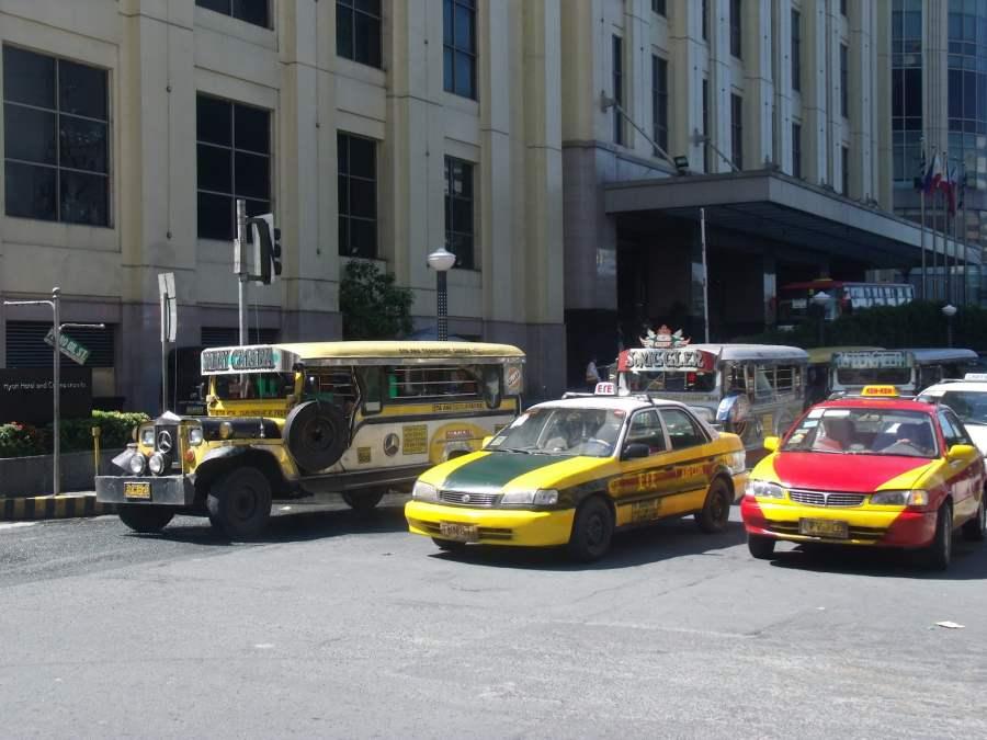 Taxi ở Manila rất nhiểu nhưng các bạn chỉ nên chọn taxi tính theo km thôi nhé. Hoặc có thể dùng xe Jeepney với giá bình dân hơn ;)