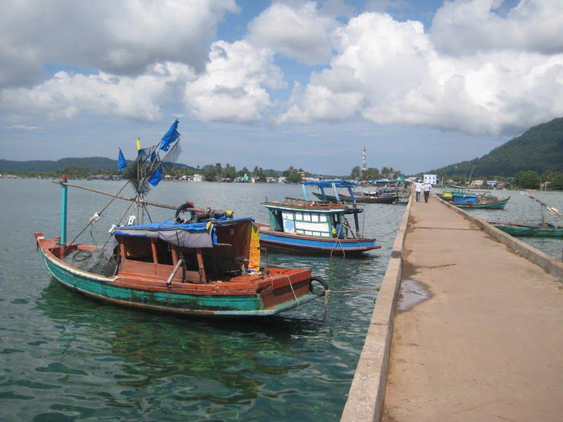 Làng chài Hàm Ninh với hải sản tươi sống vừa được đánh bắt