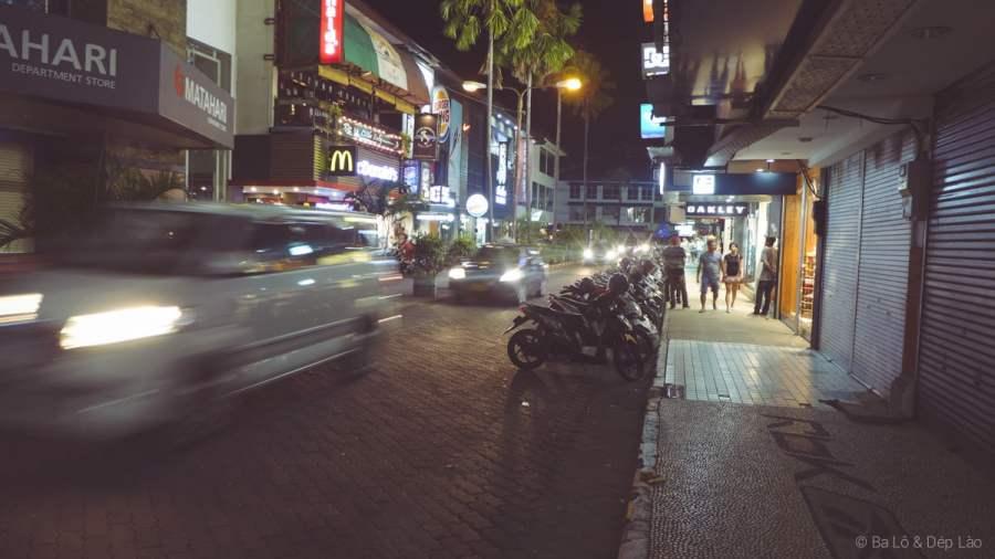 Kuta về đêm sôi động náo nhiệt với vô số nhà hàng, quán bar, shopping mall