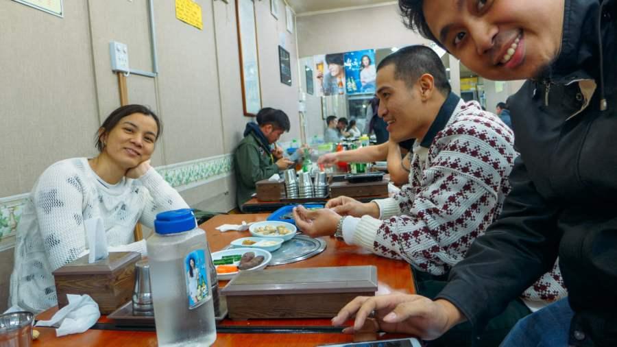 Cả nhóm háo hức ngồi đợi món ăn