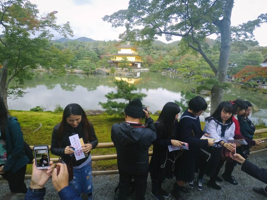 Mình phải dùng cây tự sướng, chỉnh mức cao nhất mới chụp được ngôi đền thần thánh này giữa một rừng khách du lịch :))