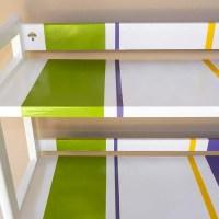 Un esempio di come una piccola etagere può diventare un complemento d'arredo originale e personalizzato.