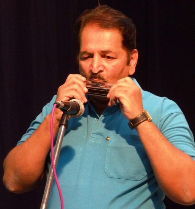 श्री. विजय बागुल बाजा वाजविताना