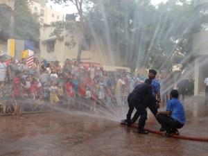 बालरंजन केंद्राच्या मुलांची अग्निशामक दलाला भेट